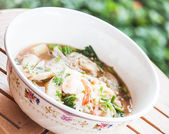 Thai noodles with pork and shrimp in spicy soup — Stock Photo