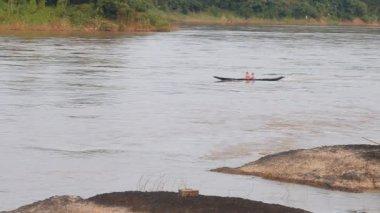 Boat moving along Mae khong river — Stock Video