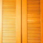 dřevěné dveře s proudění vzduchu výraznější textury — Stock fotografie