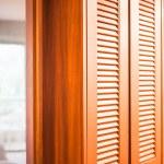 dřevěné skříni s zrcadlo oddílu mezi ložnicí a koupelnou — Stock fotografie