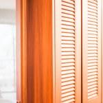 armario de madera y espejo translúcido partición en la habitación — Foto de Stock