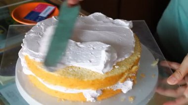 Baker decorating top layer with whipped cream — Stock Video