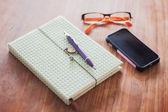 笔记本和木桌上的钢笔 — 图库照片