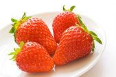 Erdbeeren auf weißem teller — Stockfoto