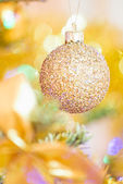Golden Xmas ball — Stockfoto
