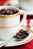 Granos de café en taza — Foto de Stock