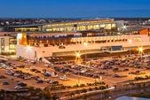 Otopark ve alışveriş merkezi — Stok fotoğraf