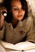 Frau ein buch zu lesen — Stockfoto