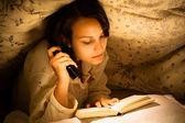Mulher lendo um livro — Foto Stock