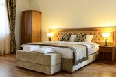 κρεβάτι σε ένα αριθμό ξενοδοχείο — Φωτογραφία Αρχείου