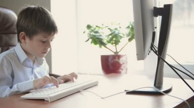 Child typing on keyboard. — Vidéo