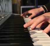 成人的手指在钢琴弹奏的钥匙 — 图库照片