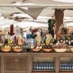 wijn, olie en macaroni voor verkoop op een marktkraam — Stockfoto