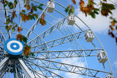 Ferris wheel in autumn park — Stock Photo