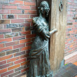 "The bronze sculpture ""Innkeeper greeter guests."" Kaliningrad — Stock Photo #38963409"