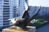 Kaliningrad. Bronze seagull with egg — Stockfoto