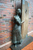 "The bronze sculpture ""Innkeeper greeter guests."" Kaliningrad — Stock Photo"