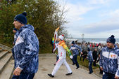 Olympic torch bearer participates in relay of Olympic Flame on October 29, 2013 in Svetlogorsk, Russia — Stockfoto