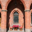 Table and chairs in a medieval arch — Foto Stock