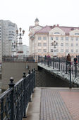 Kaliningrad. View of the pedestrian bridge and buildings on the banks of the river Pregolya. Russia — Stock Photo