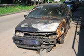 övergivna nedbrända bil, redo att skrotas — Stockfoto