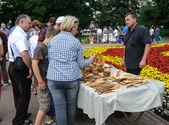 Street trade in goods of folk art at celebration day of the city Kaliningrad, Russia — Stock Photo