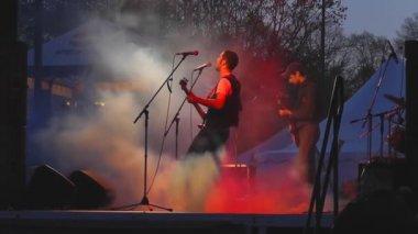 музыкальная группа выступает на рок-фестивале — Стоковое видео