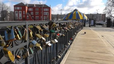 Many Love locks on the bridge — Stok video