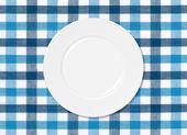 Chapa branca na toalha de mesa azul e branca — Foto Stock
