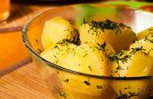 Gekookte aardappelen met dille en boter — Stockfoto