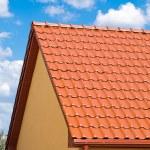 techo rojo con cielo azul — Foto de Stock