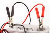 車のバッテリーとジャンパー ケーブル — ストック写真