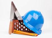 инструменты hardhat, кирпич и мейсон — Стоковое фото