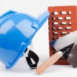 Foto Stock: Hardhat, brick and mason trowel