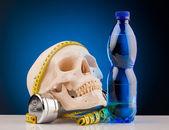 Humanos cráneo y fitness pesas y botella de agua — Foto de Stock