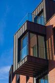 Edificio de apartamentos y un cielo azul — Foto de Stock