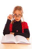 女孩读一本书 — 图库照片