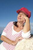 Zrelaksowany atrakcyjne starsza kobieta odkryty — Zdjęcie stockowe