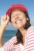 Tle ocean wesoły dojrzałej kobiety — Zdjęcie stockowe