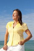Atraktivní starší žena oceánu pozadí — Stock fotografie