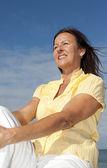 Szczęśliwy, zrelaksowany starsza kobieta odkryty — Zdjęcie stockowe