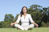 Donna matura meditating di yoga rilassante — Foto Stock