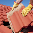Construction worker tile roofing repair — Stockfoto