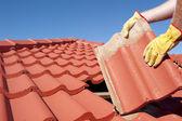 Construcción trabajador azulejo de material para techos reparación — Foto de Stock