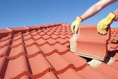 Budowy pracownik dachówka dachowe naprawy — Zdjęcie stockowe