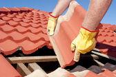 Stavební dělník dlaždice zastřešení oprava — Stock fotografie