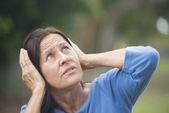 Donna matura stressata sconvolta all'aperto — Foto Stock