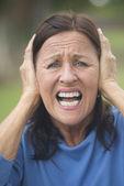 Geschokt, benadrukt volwassen vrouw buiten — Stockfoto