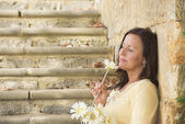 Romantica donna matura nell'amore con fiore — Foto Stock