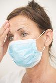 Müde krankenschwester mit maske übers gesicht — Stockfoto